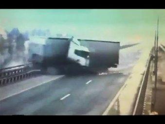 Фура упала с моста Мамадыш